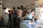 Das Team von Light and Shadow bei Dreharbeiten im Labor