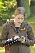 Berit Michler führt über jeden Waschbärenfang ausführlich Protokoll